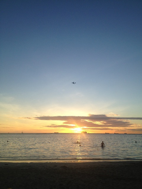 ハワイでUGGのブーツ購入後、サンセット見るためアラモアナビーチへ