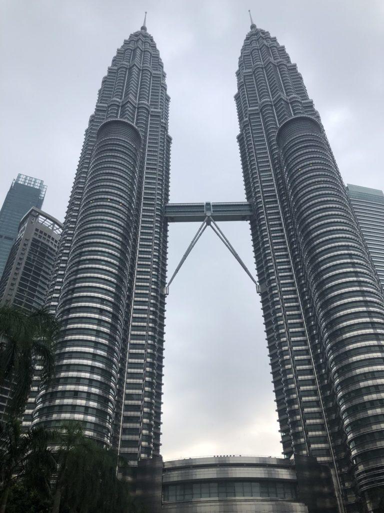 クアラルンプールを代表するペトロナスツインタワーとKLタワー